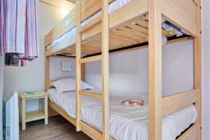 A bunk bed or bunk beds in a room at Résidence Pierre & Vacances La Pinède