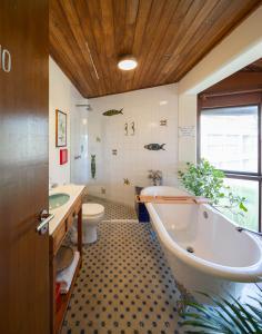 A bathroom at Mar Brasil Hotel (a casa de Vinicius de Moraes)