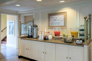 Coffee and tea-making facilities at Five Towns Inn - JFK Airport
