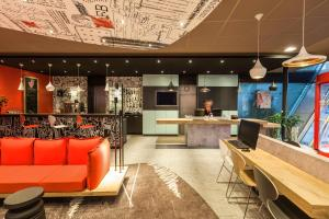 The lobby or reception area at Ibis Graz