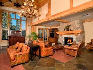 The lobby or reception area at Mountain Thunder Lodge