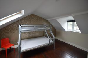 A bunk bed or bunk beds in a room at Oscar's Hostel