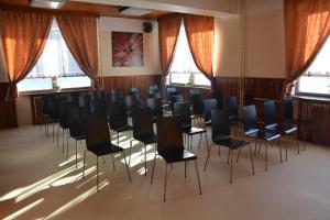 Der Geschäftsbereich oder Konferenzraum in der Unterkunft Hotel Maxov