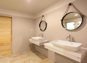 A bathroom at Lupta Hostel Patong Hideaway