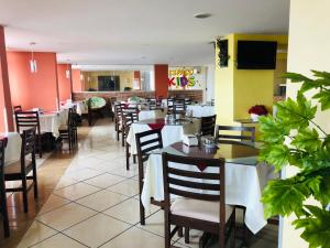 A restaurant or other place to eat at Recife Plaza Hotel