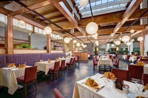 A restaurant or other place to eat at Crowne Plaza Suffern-Mahwah
