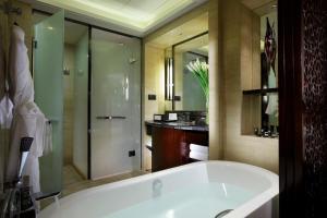 A bathroom at Crowne Plaza Chengdu Panda Garden
