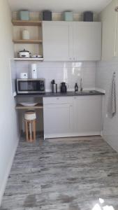 A cozinha ou cozinha compacta de Dee apartment