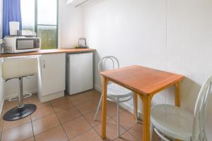 A kitchen or kitchenette at Cool Palms Motel