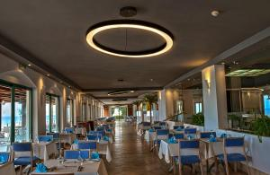 A restaurant or other place to eat at Apostolata Island Resort and Spa