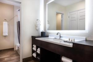 A bathroom at La Quinta by Wyndham Clearwater Central