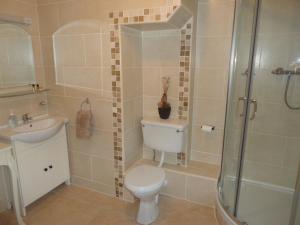 A bathroom at Millhouse B&B