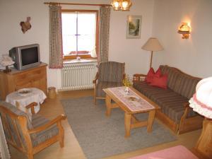 Ein Sitzbereich in der Unterkunft Gästehaus Hächer