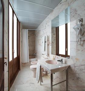 A bathroom at Alba Hotel