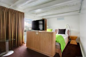 A television and/or entertainment center at Thon Hotel Kristiansund