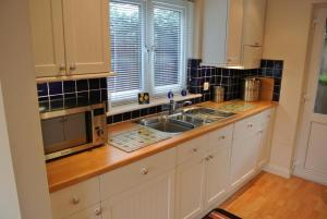 A kitchen or kitchenette at Bramley Cottage
