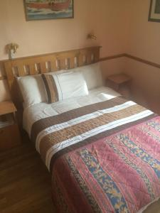 A bed or beds in a room at Ard Mhuiris B&B