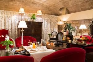 A restaurant or other place to eat at Hôtel Des Marronniers