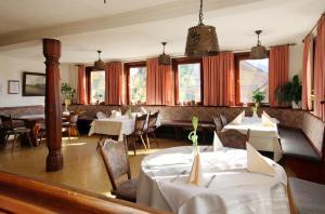 Ein Restaurant oder anderes Speiselokal in der Unterkunft Landgasthof Sonne