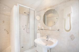 A bathroom at Nadaud Hotel