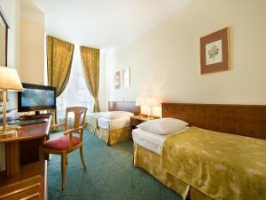 Кровать или кровати в номере EA Hotel Rokoko
