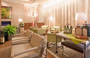 The lounge or bar area at Hilton Garden Inn Central Park South