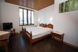 Ein Bett oder Betten in einem Zimmer der Unterkunft Hôtel - Restaurant Le Manoir