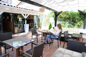 Un restaurante o sitio para comer en Hotel Domus