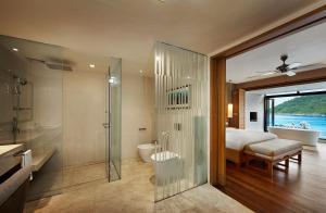 Ett badrum på The Taaras Beach & Spa Resort
