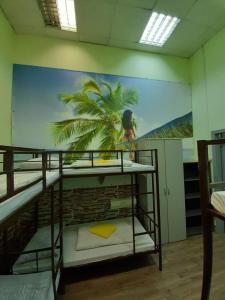 Двухъярусная кровать или двухъярусные кровати в номере Ideal Home mini-hotel
