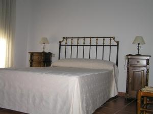 A bed or beds in a room at Casa Rural Tia Tomasa