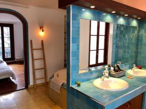 A bathroom at m-Otel