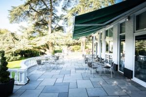 A restaurant or other place to eat at Manor Parc Hotel