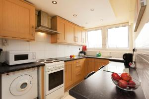 """A kitchen or kitchenette at Victoria Centre Apartments in the Shopping Centre - Nottingham City Centre - """"Cook as you would at Home"""""""
