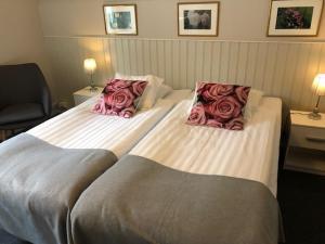 Säng eller sängar i ett rum på Hotell Turistgården i Simrishamn