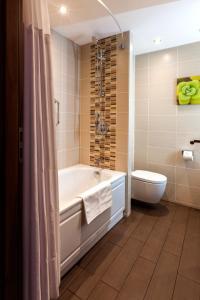 A bathroom at Hilton Garden Inn Moscow New Riga
