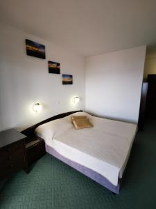 A bed or beds in a room at Hotel Vicko