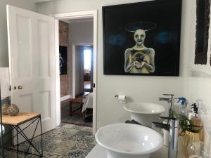 A bathroom at KALK BAY ART HOUSE