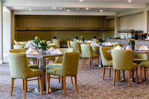 A restaurant or other place to eat at Hellidon Lakes Hotel