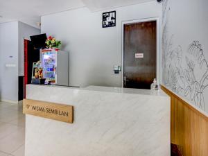 The lobby or reception area at OYO 90056 Wisma Kebon Kacang 9