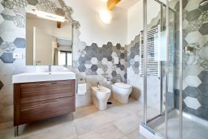 A bathroom at Villapiana Country House