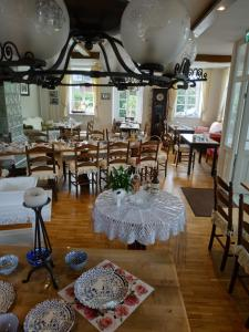 A restaurant or other place to eat at Stoevchen Café Hotel R-Events