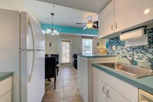 A kitchen or kitchenette at The Ringling Beach House