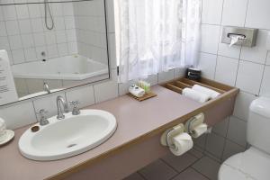 A bathroom at Strzelecki Motor Lodge