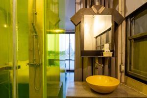 A bathroom at Inn a day