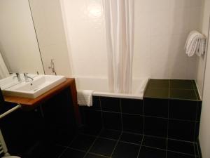 A bathroom at Hôtel Amiral