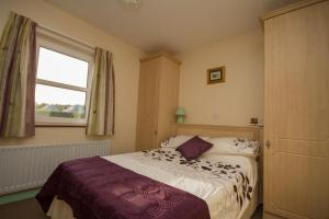 A bed or beds in a room at Donegal Estuary Holiday Homes