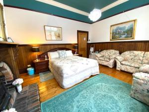 A bed or beds in a room at Stony Rise Cottage B&B