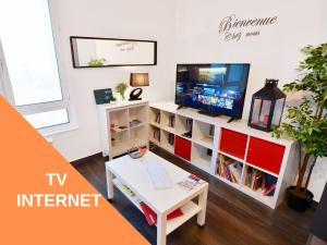 Télévision ou salle de divertissement dans l'établissement Appart Cosy Brest (La gare) vue mer