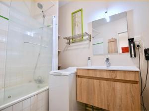Salle de bains dans l'établissement Appart Cosy Brest (La gare) vue mer